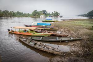"""Fischerboot im """"Hafen"""" von Puerto Nariño"""