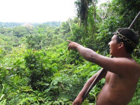 Indio im Güeppi Reservat