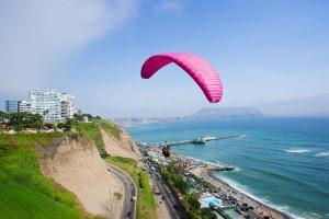 Paraglider an der Küste von Lima