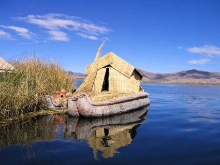 typisches Schilfboot auf dem Titicaca-See