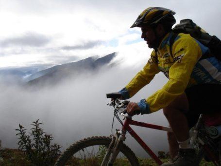 Mountainbiker im Nebel