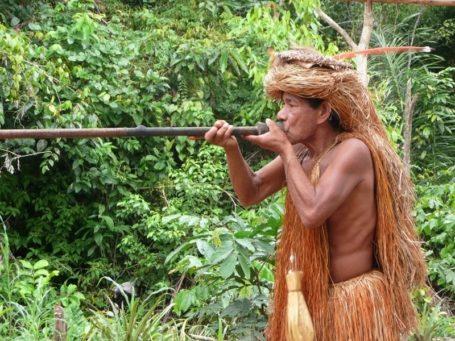Ureinwohner mit Blasrohr